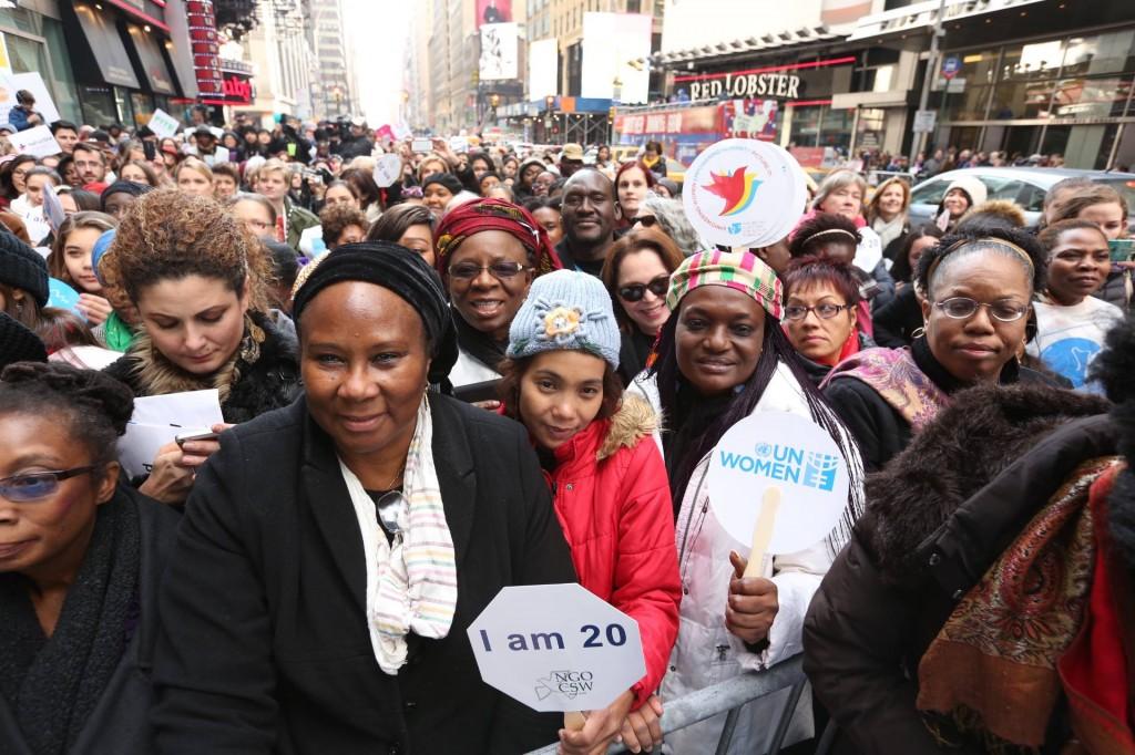 Milhares marcham pelas ruas de Nova York pedindo igualdade de gênero/