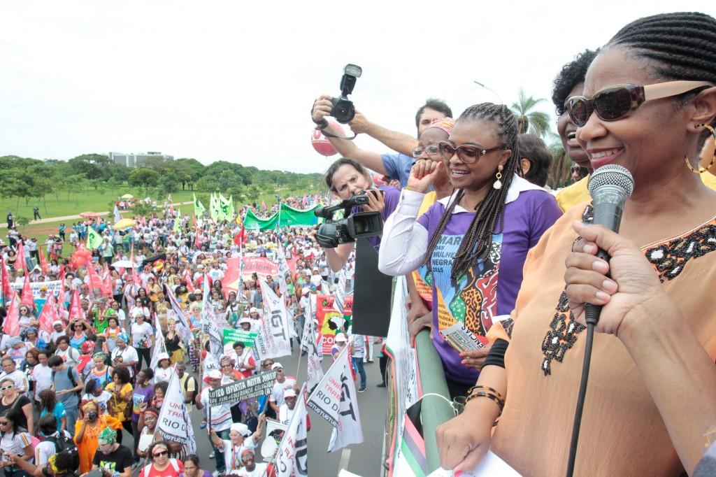 Diretora executiva da ONU Mulheres marcha com as mulheres negras brasileiras contra o racismo, a violência e pelo bem viver/