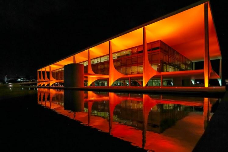 Palácio do Planalto ganha iluminação alusiva à campanha pelo fim da violência contra a mulher/