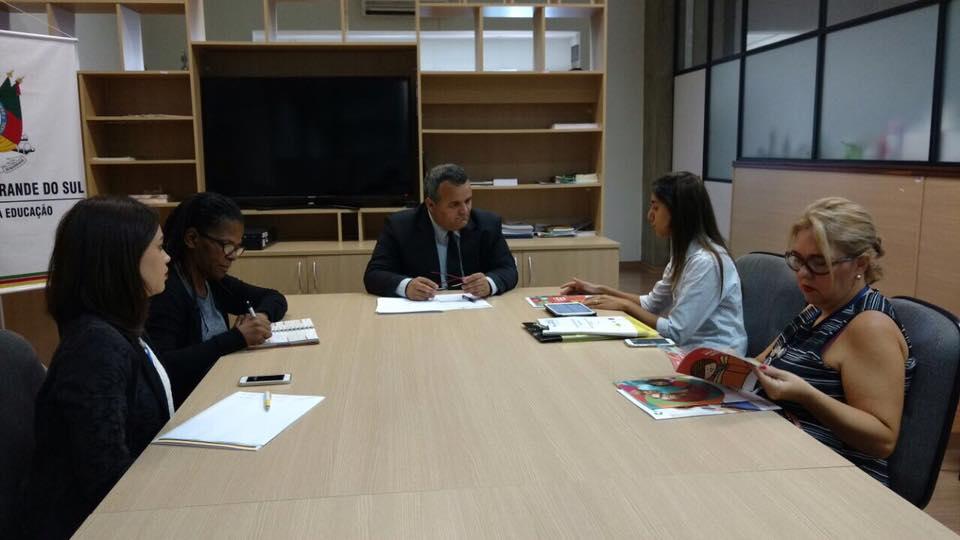 ONU Mulheres se reúne com o secretário de Educação do Estado do Rio Grande do Sul, Luís Antônio Alcoba de Freitas, para apresentar currículo e planos de aula sobre gênero, raça e etnia no ensino médio, produzidos pela iniciativa O Valente não é Violento da ONU e da Secretaria de Políticas para as Mulheres