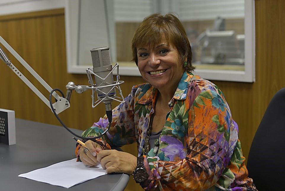 Mara Régia é jornalista e apresentadora do programa Viva Maria, da Rádio Nacional da Amazônia, da Empresa Brasil de Comunicação (Foto: Reprodução internet)