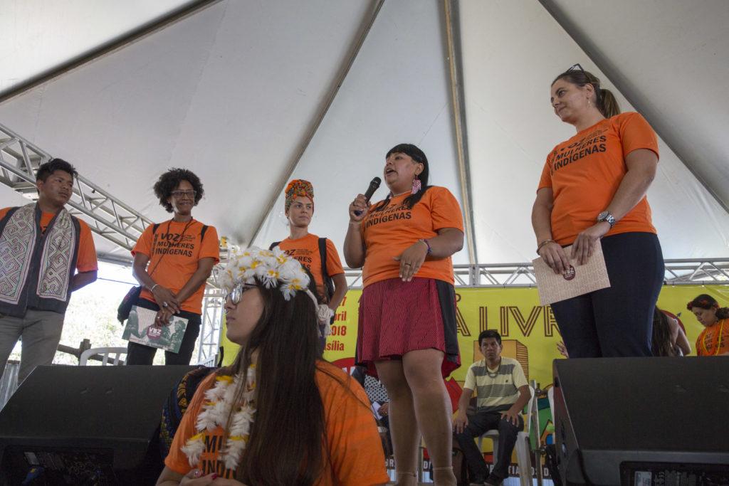 Mulheres indígenas fazem ato de adesão à campanha da ONU pelo fim da violência de gênero no Acampamento Terra Livre/violencia contra as mulheres onu mulheres ods noticias mulheres indigenas igualdade de genero direitosdasmulheres dia laranja